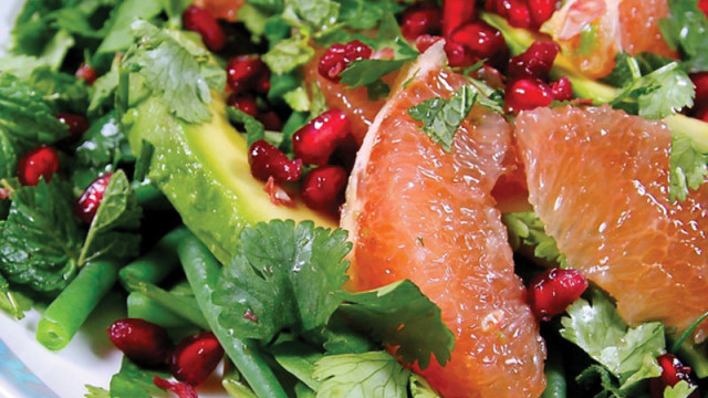 spinach salad with delicious fruits and veggies